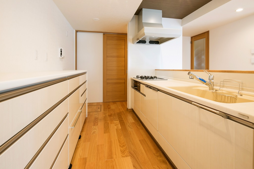 広々した食品庫とクルッとまわれるキッチン