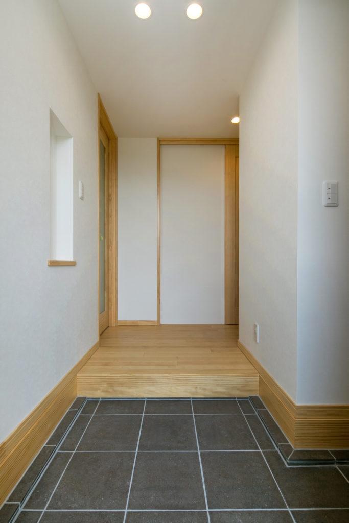 明るい色彩とともに玄関をより開放的に
