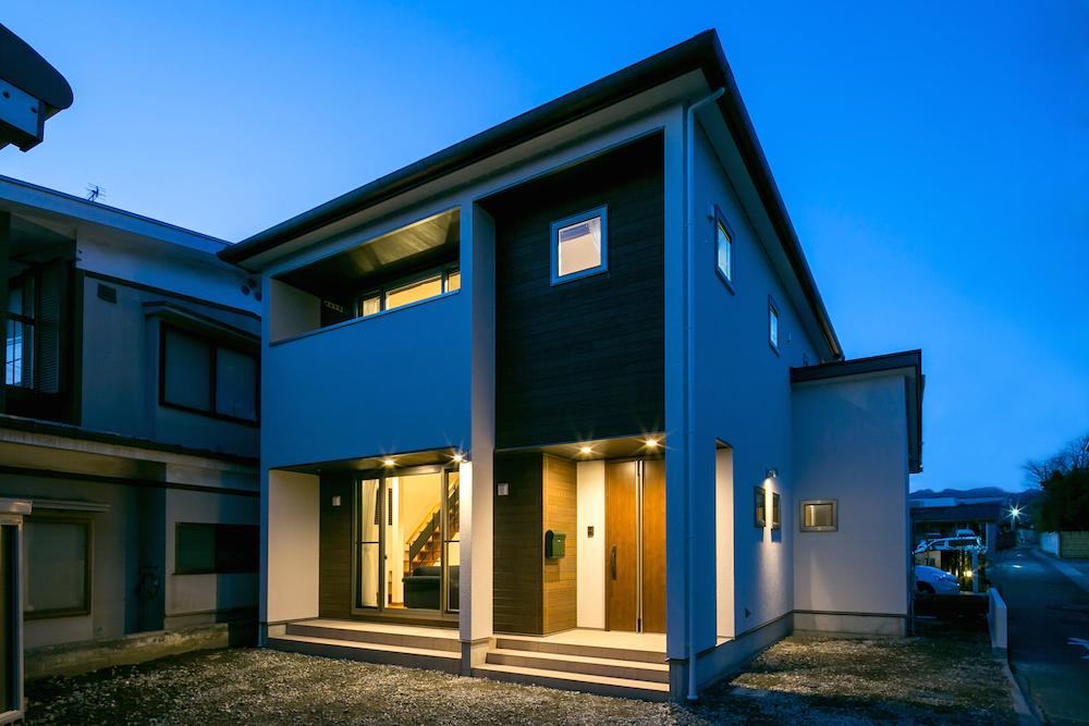 夜の空間に美しく浮かび上がるホワイトを基調とした外観デザイン。