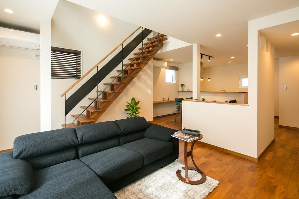 リビング・ダイニング・キッチンと1フロアで広々とつながり、リビング階段と吹抜けで広々とした解放感を感じらます。