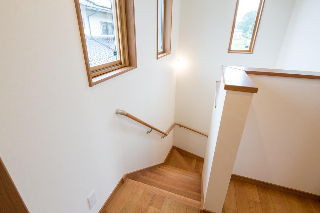 日の入る明るい階段
