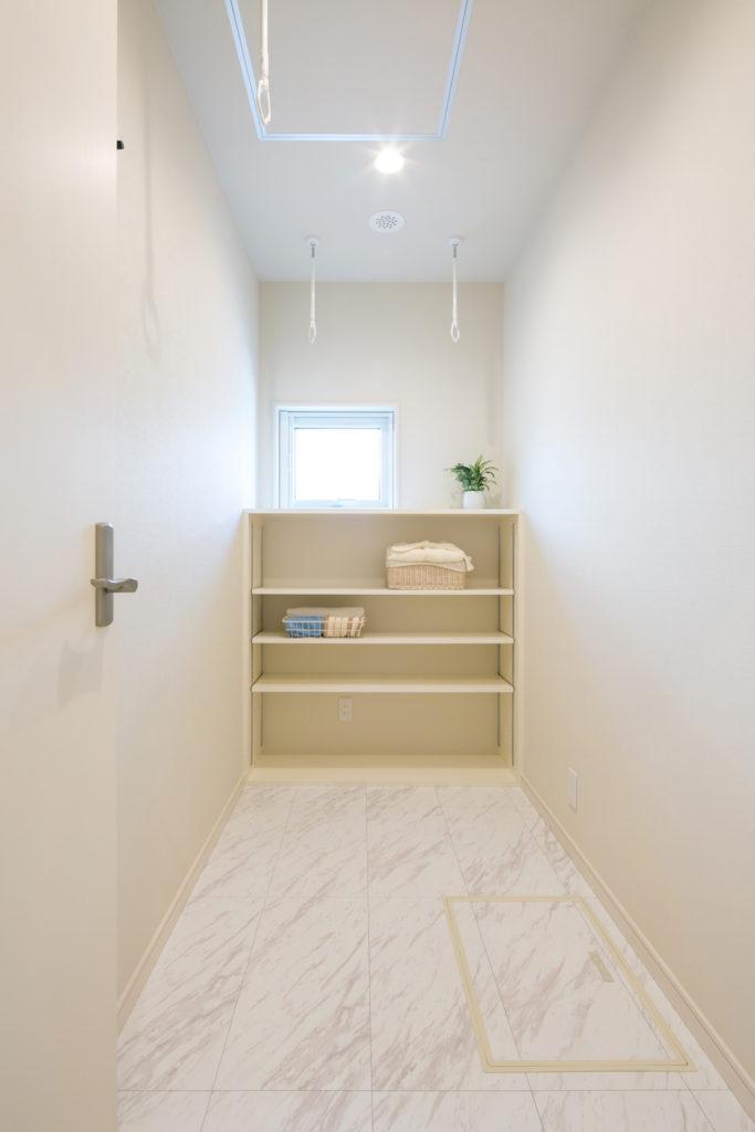 除湿器との併用ですぐに洗濯物を干してたたんで収納できるランドリースペース