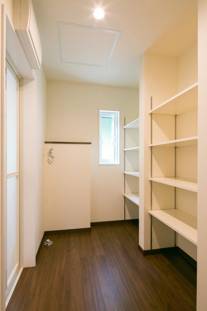広々、収納タップリな脱衣室には洗濯物も干せます