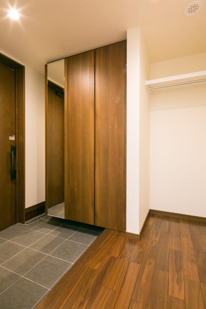 大容量の玄関収納とコートをかけられる玄関