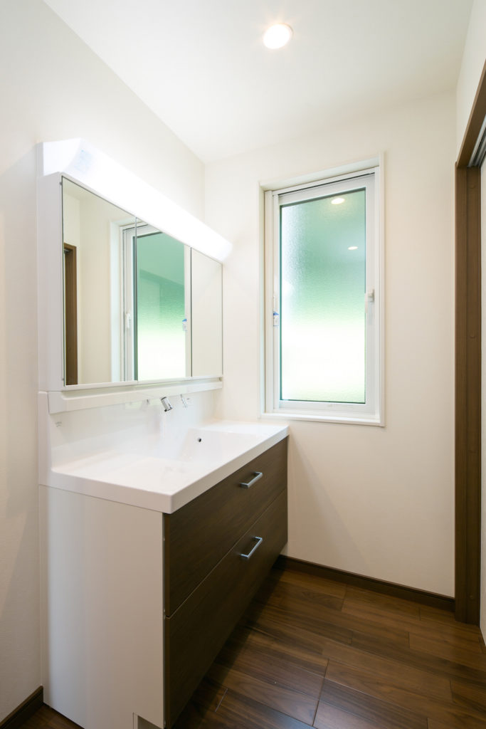 ゆったりとした洗面台と使いやすい手洗いスペース