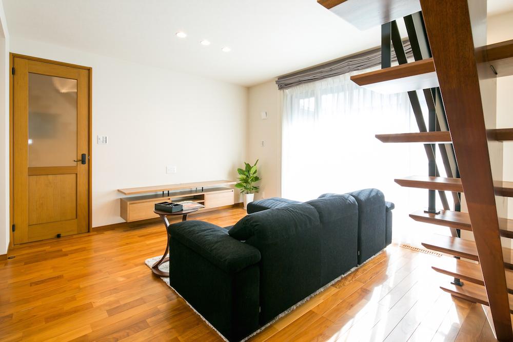 敷地の関係で窓を配置できるスペースが限られた状況で、最大限スペースを生かした大開口の窓。