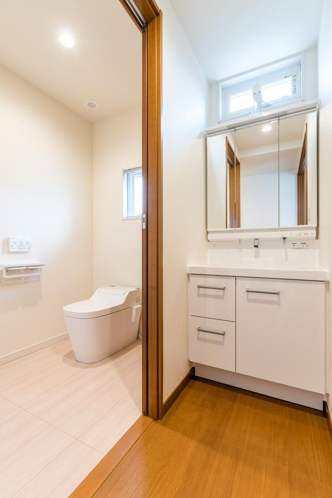 介助を見越した広々したトイレと、手洗いを兼ねた洗面台