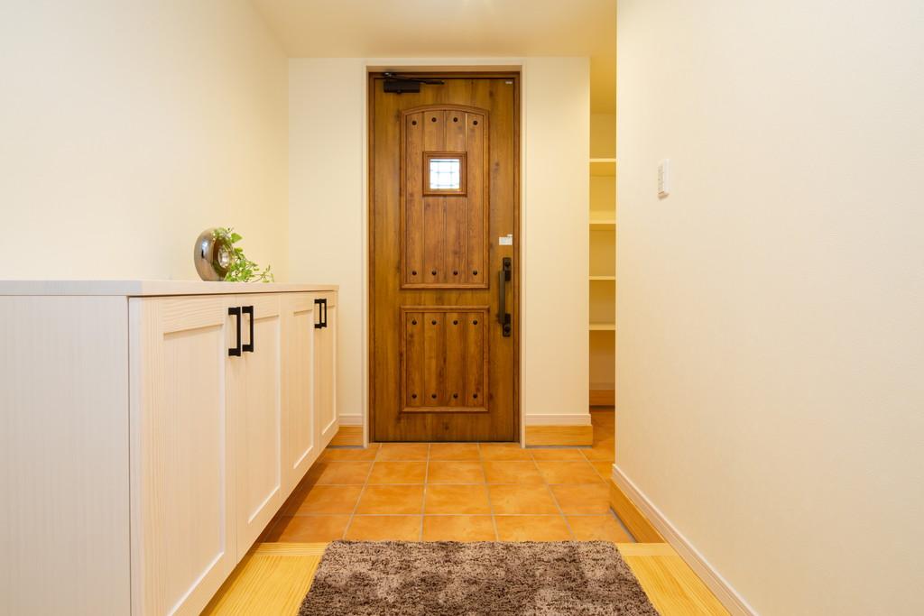 レジャー用品やお子様の外のおもちゃ・ベビーカーなどを収納できる収納スペースのある玄関