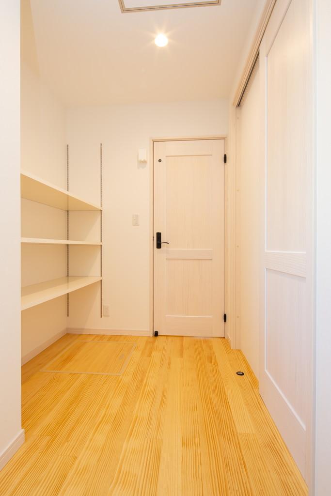 広々した脱衣スペースはランドリールームも兼ねています。