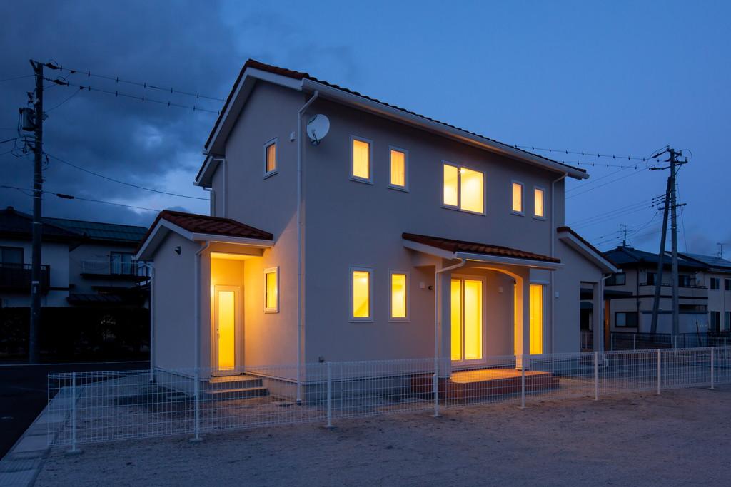夕暮れ時に白く浮かび上がる憩いの家