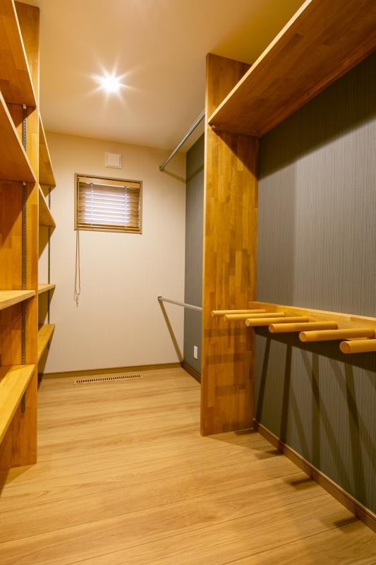 スキー板など趣味の道具を使いやすく収納するホビールーム