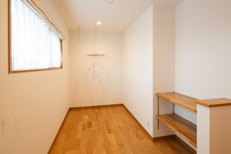 2階ホールには洗濯物も干せるゆったりなスペースを