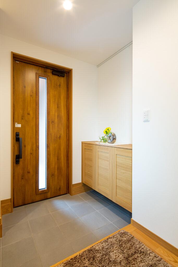 シンプルで収納も充実した玄関