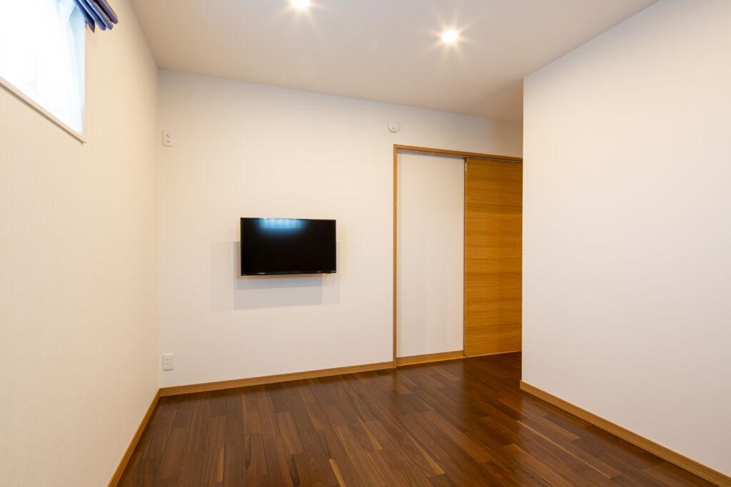 落ち着いた雰囲気の寝室