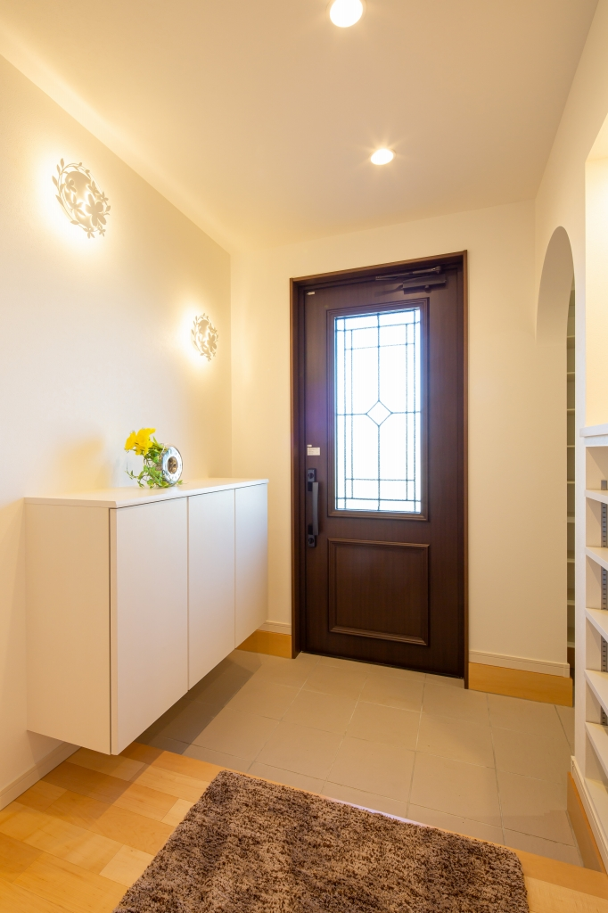 ホワイトとナチュラル色を基調にした明るい雰囲気の玄関ホール