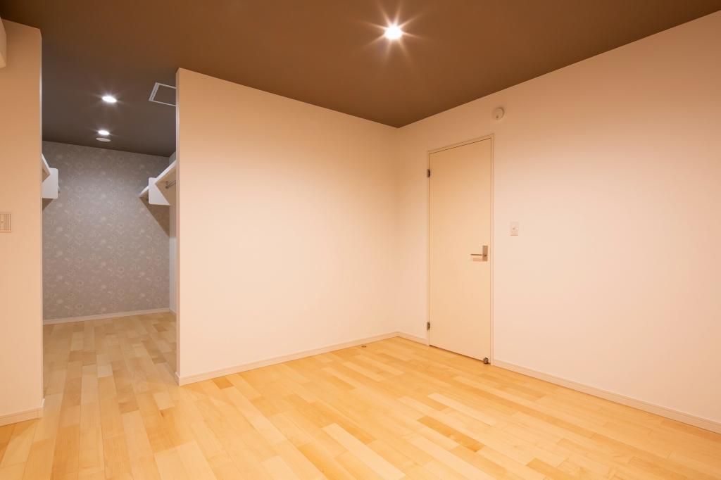 寝室は天井のクロスを張り分けて落ち着いた雰囲気に。