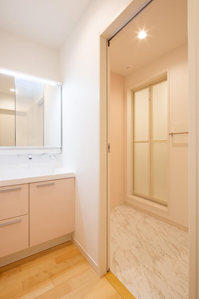 家族数の多さを考えて2階にも洗面台とシャワールームを